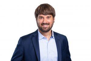 Johannes Mäling: braune Haare, Bart lacht in die Kamera