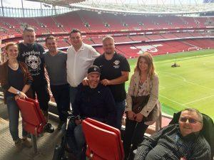 Teilnehmer*innen des Treffens im Stadion.