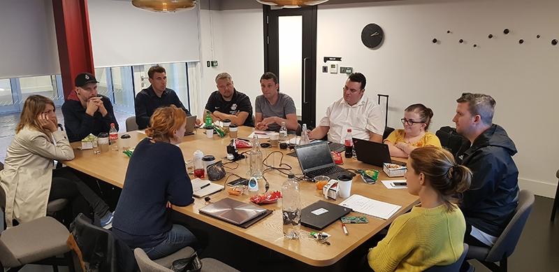 Teilnehmer des Treffens im Büro