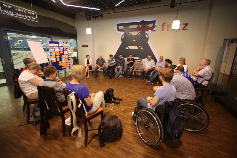 Arbeitsgruppe Lokalkonferenz Schalke 04 sitzen im Kreis und erarbeiten Lösungsvorschläge