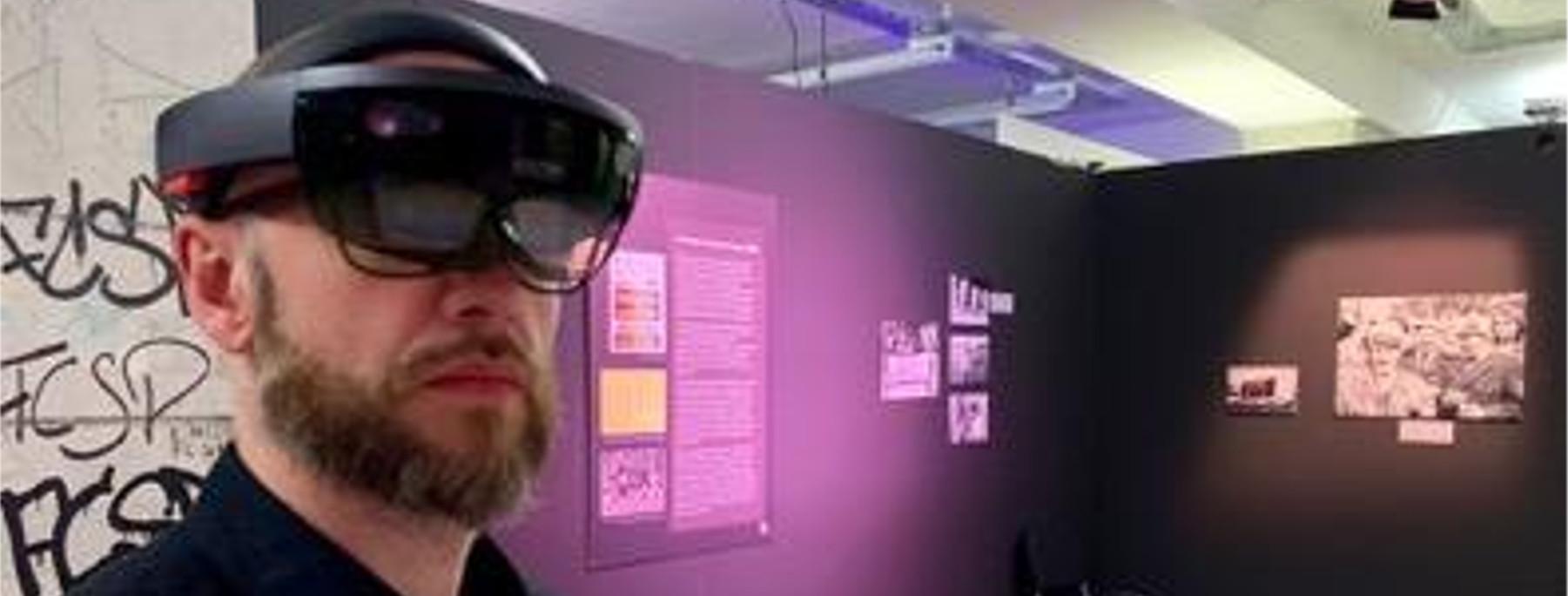 Person mit der Hololens-Brille im St. Pauli Museum
