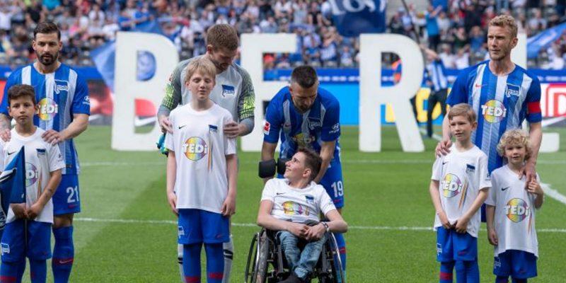 Einlaufkinder, darunter auch ein Kind im Rollstuhl und ein blindes Kind