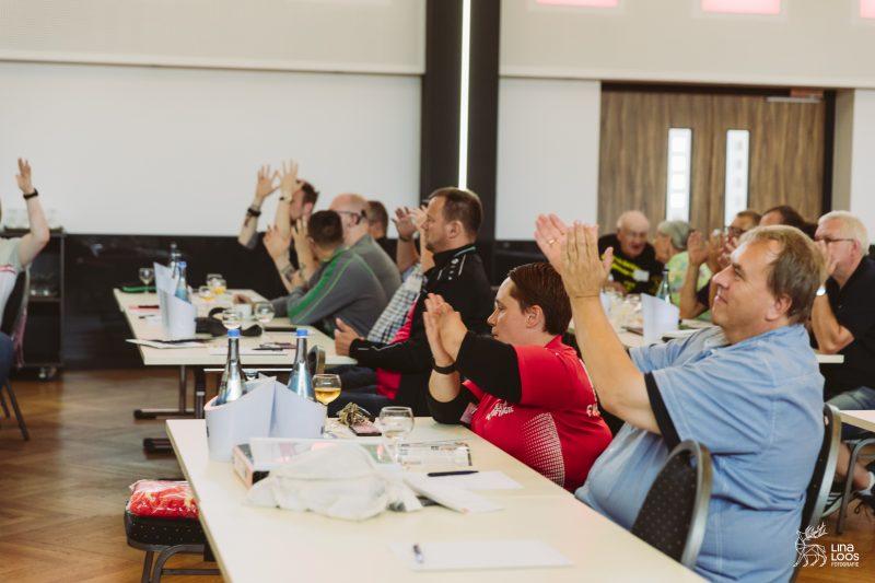 TeilnehmerInnen applaudieren, Teilweise auch in Gebärdensprache.