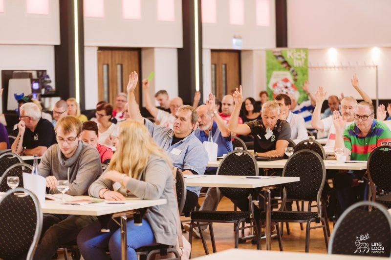 TeilnehmerInnen während einer Abstimmung, einige heben die Hand.