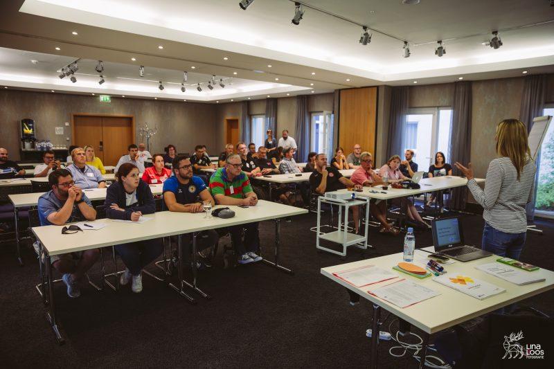 Workshop Leichte Sprache, TeilnehmerInnen im Seminarraum, vorne Stefanie Blume - Seminarleiterin - ca. 30 TeilnehmerInnen