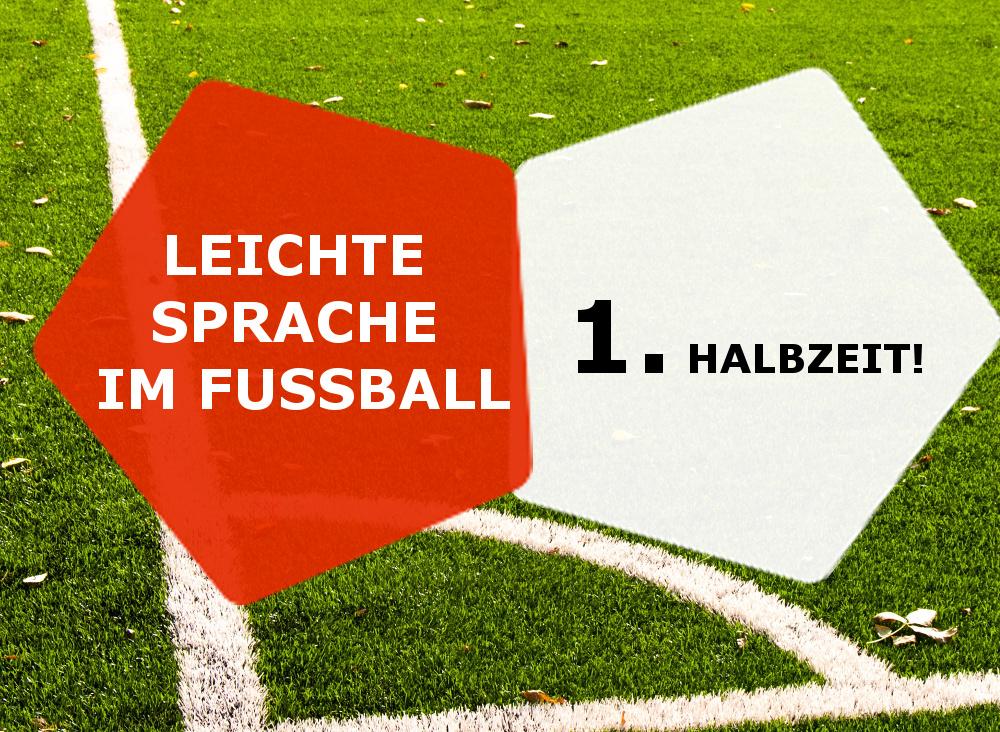 Grafik: Hintergrund Fußballrasen Ecke, vorne links oranges Fünfeck mit Text Leichte Sprache im Fußball, rechts weißes Fünfeck mit Text 1. Halbzeit.