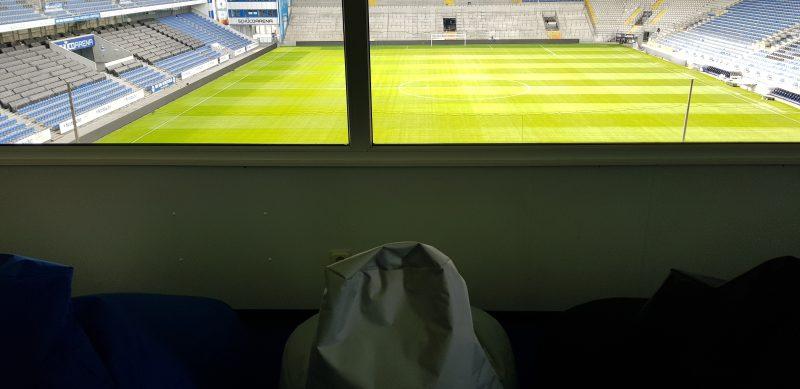 Blick vom Snoezelraum in das Stadion. Mehrere Sitzsäcke in schwarz, weiss und blau.