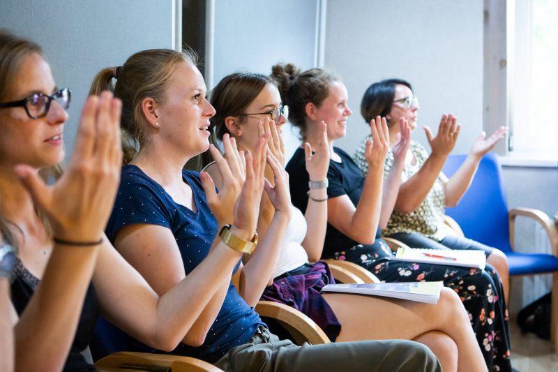 Teilnehmer*innen üben Gebärdensprache