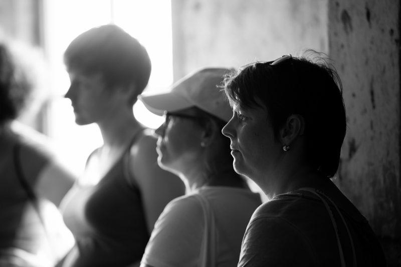 drei Teilnehmerinnen, schwarz-weiß Fotografie