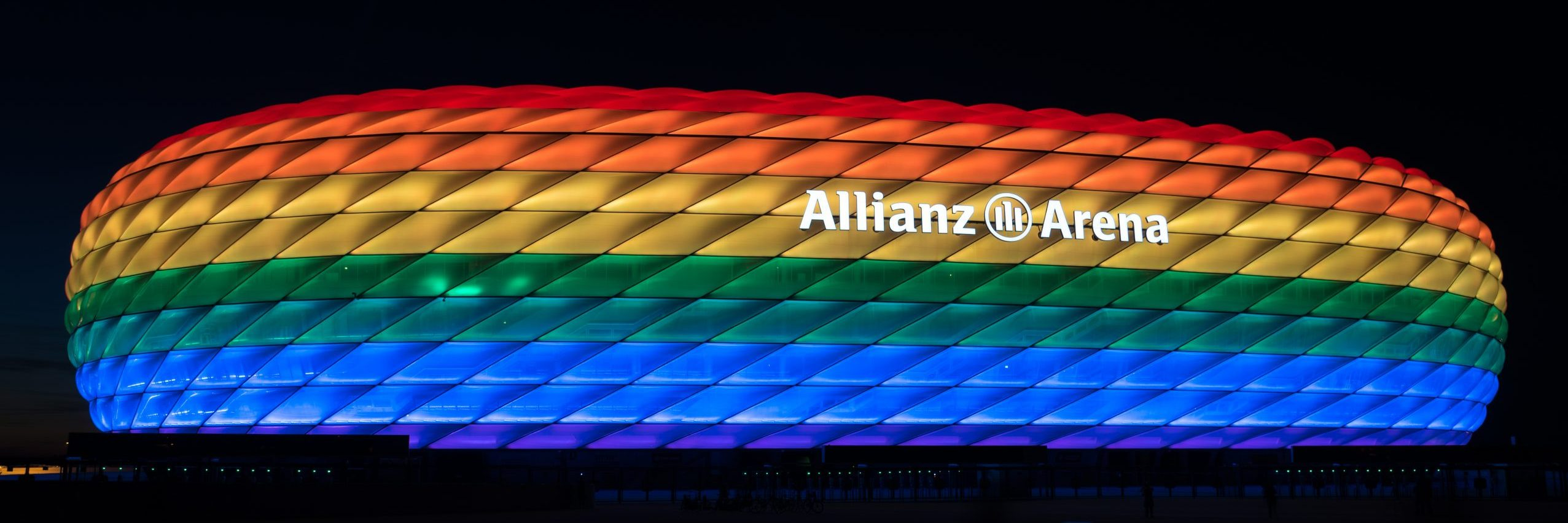 angestrahlte Allianz-Arena in Regenbogenfarben