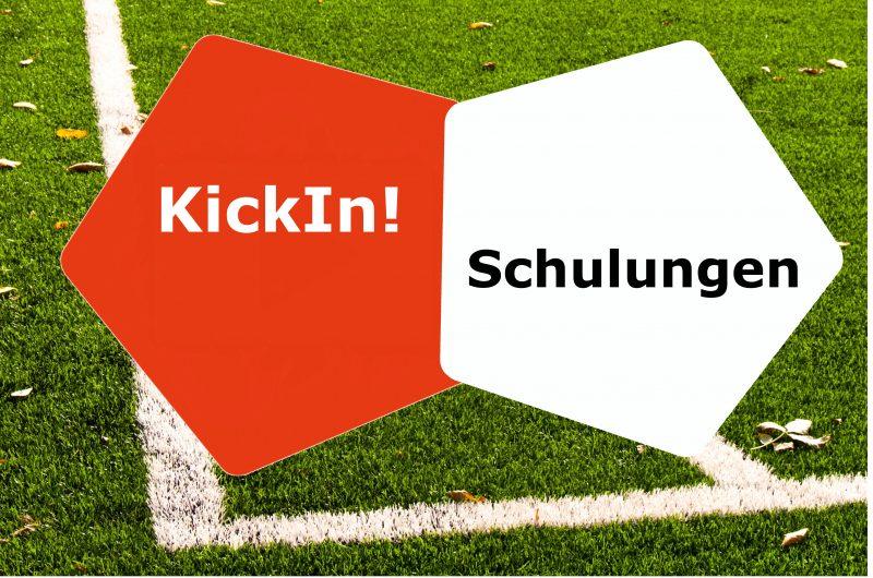 Grafik: Hintergrund Fußballrasen Ecke, vorne links oranges Fünfeck mit Text KickIn!, rechts weißes Fünfeck mit Text Schulungen