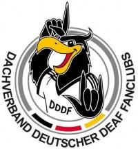 Logo DDDF: Kreis - im unteren Teil des Kreises schwarz-rot-goldene Balken. Im Kreis ein Adler: gelber Schnabel, schwarzer Kopf und Arme, weißes Trikot mit Aufdruck DDDF. Der Adler gebärdet. Unter dem Kreis Schriftzug: Dachverband deutscher DEAF Fanclubs