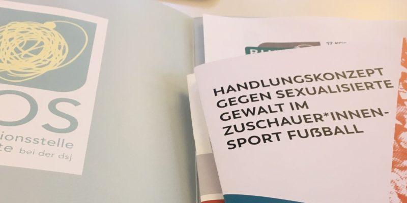 Ein Symbolbild der Broschüre gegen sexualisierte Gewalt im Zuschauer*innensport Fußball auf der Fachtagung der Fanprojekte 2019.