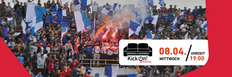 Bild von Fans mit blau-weißen Fahnen auf der Stadiontribüne. In dem Bild befindet sich ein weißer Infokasten mit den Informationen zu der Veranstaltung und einem schwarzen Sofa. Unterhalb des Sofas steht KickOn at home.