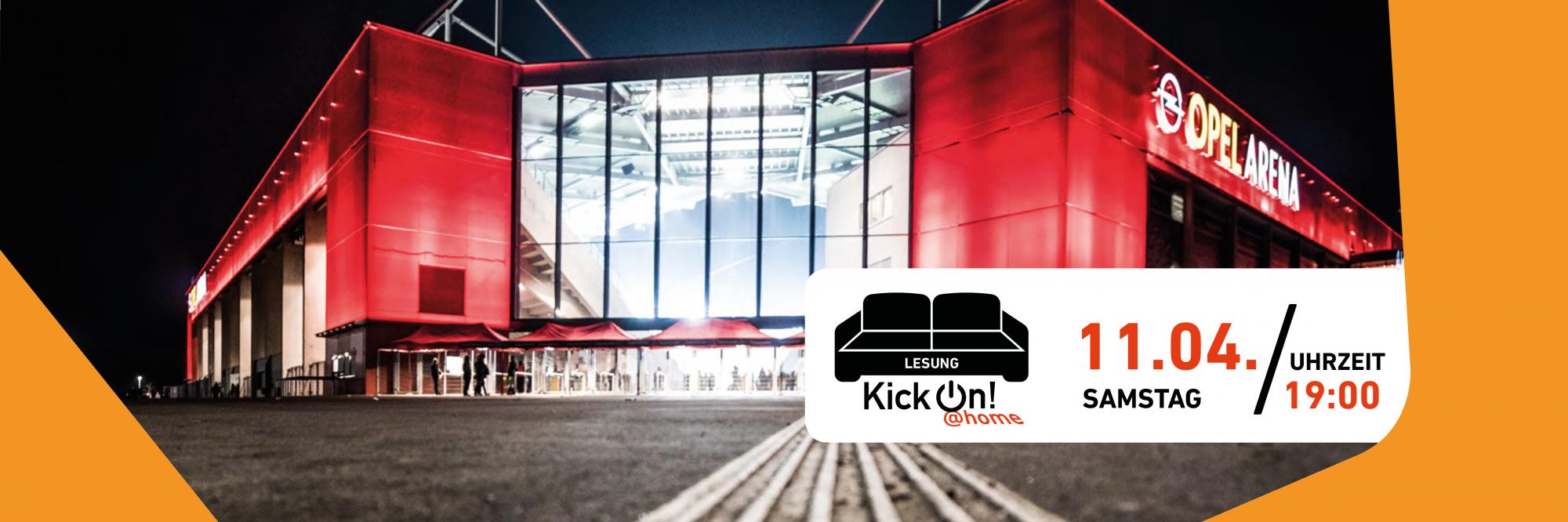 Blick auf eine Seite des Stadions von Mainz 05 bei Nacht. In dem Bild befindet sich ein weißer Infokasten mit den Informationen zu der Veranstaltung und einem schwarzen Sofa. Unterhalb des Sofas steht KickOn at home.