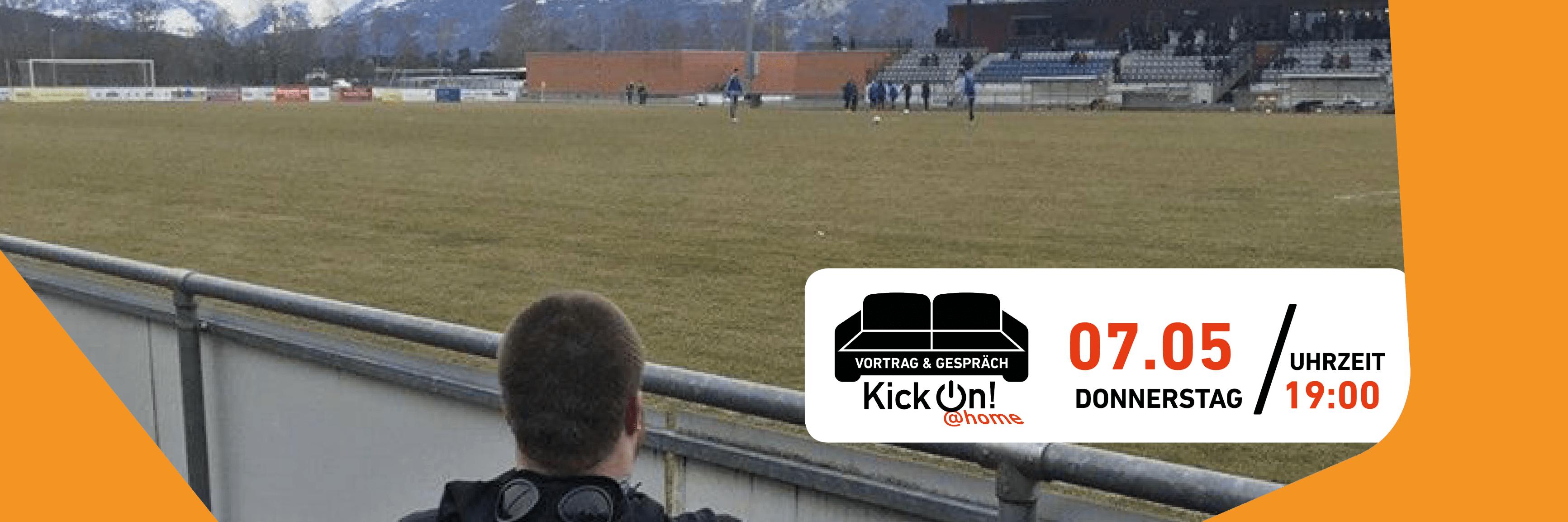 Ein Rollstuhlfahrer hinten fotografiert. Er guckt in ein kleines Stadion. In dem Bild befindet sich ein weißer Infokasten mit den Informationen zu der Veranstaltung und einem schwarzen Sofa. Unterhalb des Sofas steht KickOn at home.