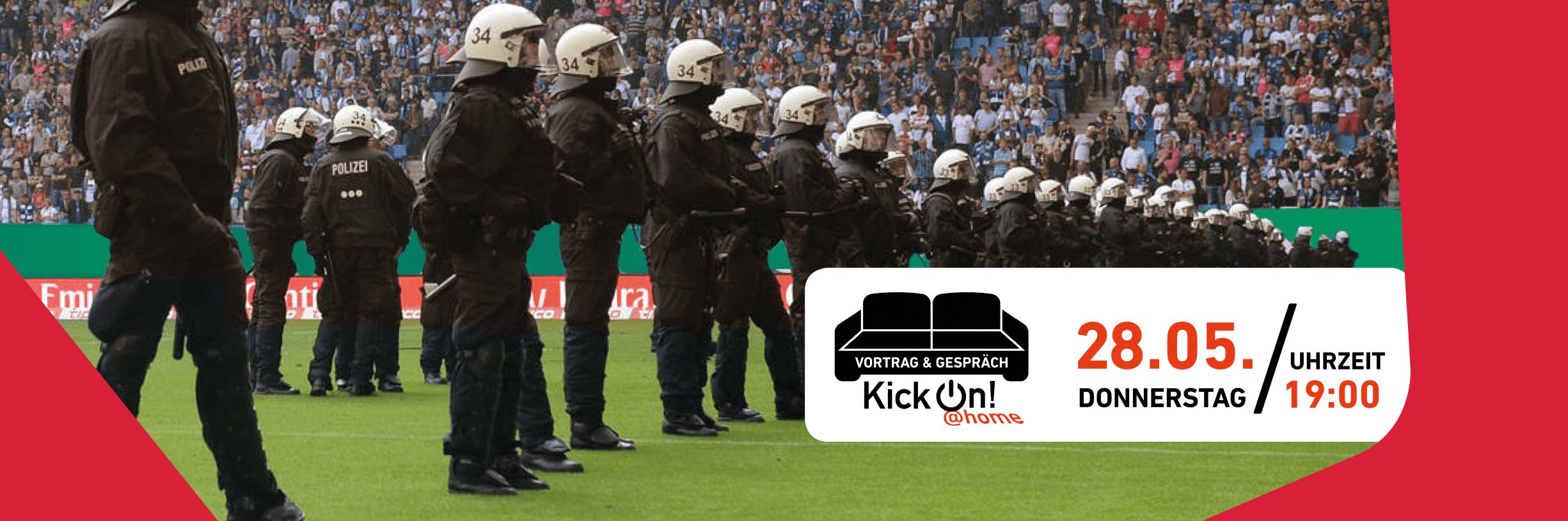 Eine Reihe von Polizisten und Polizistinnen stehen in Uniform und mit Visier auf dem Fußballfeld und gucken Richtung Zuschauertribüne. Rechts in dem Bild befindet sich ein weißer Infokasten mit den Informationen zu der Veranstaltung und einem schwarzen Sofa. Unterhalb des Sofas steht KickOn at home.