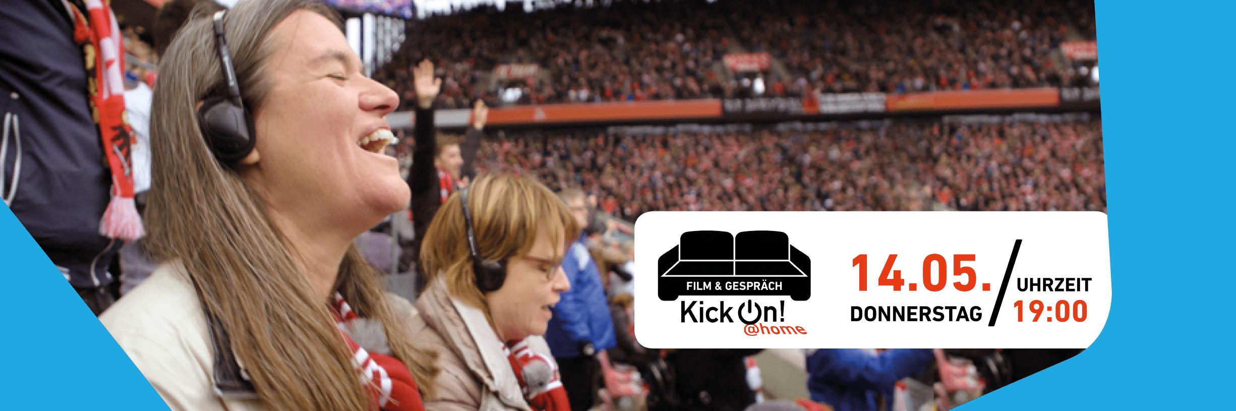Im Vordergrund sind zwei weibliche, blinde Fans zu sehen, welche sich freuen. Sie sitzen auf der Tribüne des mit vielen Zuschauern gefüllten Stadion des 1. FC Köln. Rechts in dem Bild befindet sich ein weißer Infokasten mit den Informationen zu der Veranstaltung und einem schwarzen Sofa. Unterhalb des Sofas steht KickOn at home.