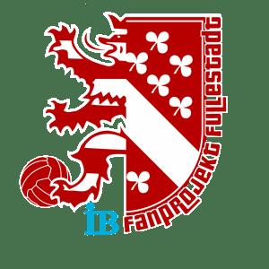 Logo des Fanprojekts Kassel-Fullestadt in rot weiß. Links zur Hälfte das Logo des KSV Hessen Kassel, ein rot-weißer Löwe mit Fußball, rechts das Kasseler Stadtwappen in rot-weiß mit dreiblättrigen Kleeblättern. Auf dem rechten Teil des Logos steht von unten nach oben: IB Fanprojekt Fullerstadt