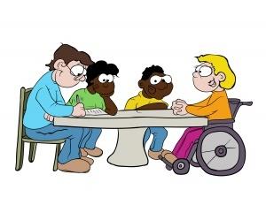 4 Personen sitzen um einen Tisch. 2 Männer, 2 Frauen. 2 dunkelhäutig, eine Person sitzt im Rollstuhl. Sie sprechen miteinander. 2 Personen schreiben etwas auf.
