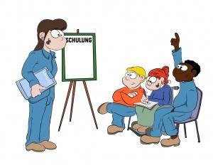 """Eine Schulungsleiterin steht vor drei sitzenden Personen. Neben ihr steht ein Board mit der Aufschrift """"Schulung"""". Ein Teilnehmer meldet sich. Die Personen sind verschieden. Eine Person ist dunkelhäutig, eine sitzt im Rollstuhl. Insgesamt 2 Männer und 2 Frauen."""