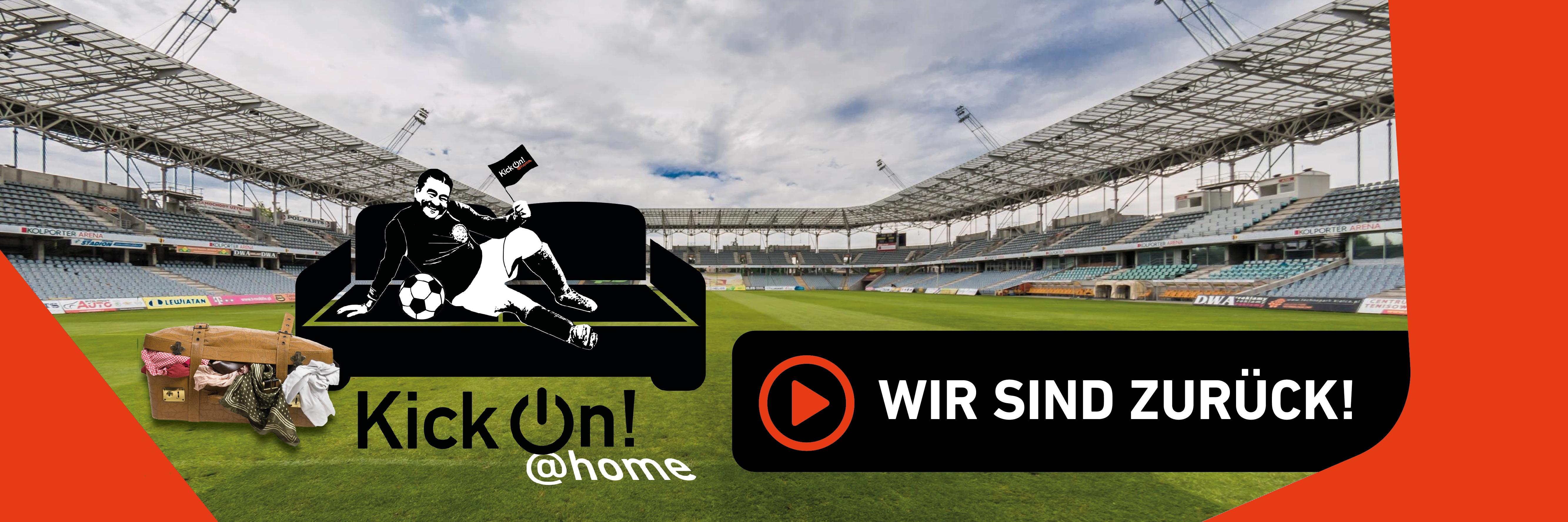 Fußballer auf Sofa mit Fahne und Fußball  vor einem Reisekoffer auf einem Spielfeld im leeren Stadion. Im unteren Bereich des Bildes steht: KickOn @Home – wir sind zurück.