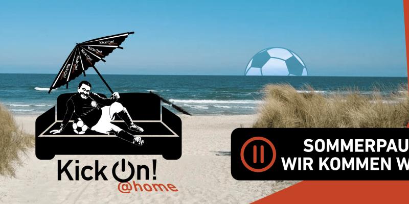 Fußballer auf Sofa mit Sonnenschirm am Strand. Im unteren Bereich des Bildes steht: KickOn @Home - Sommerpause - wir kommen wieder.