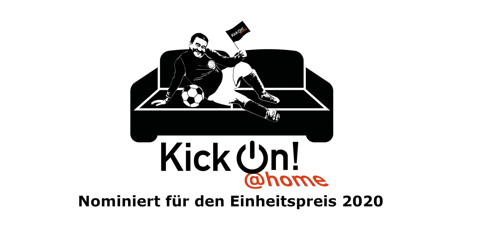 """Logo der Reihe KickOn @Home - ein schwarz-weißes Sofa mit einem Mann mit Fähnchen und Fußball in Seitenlage, darunter der Text """"KickOn @Home"""""""