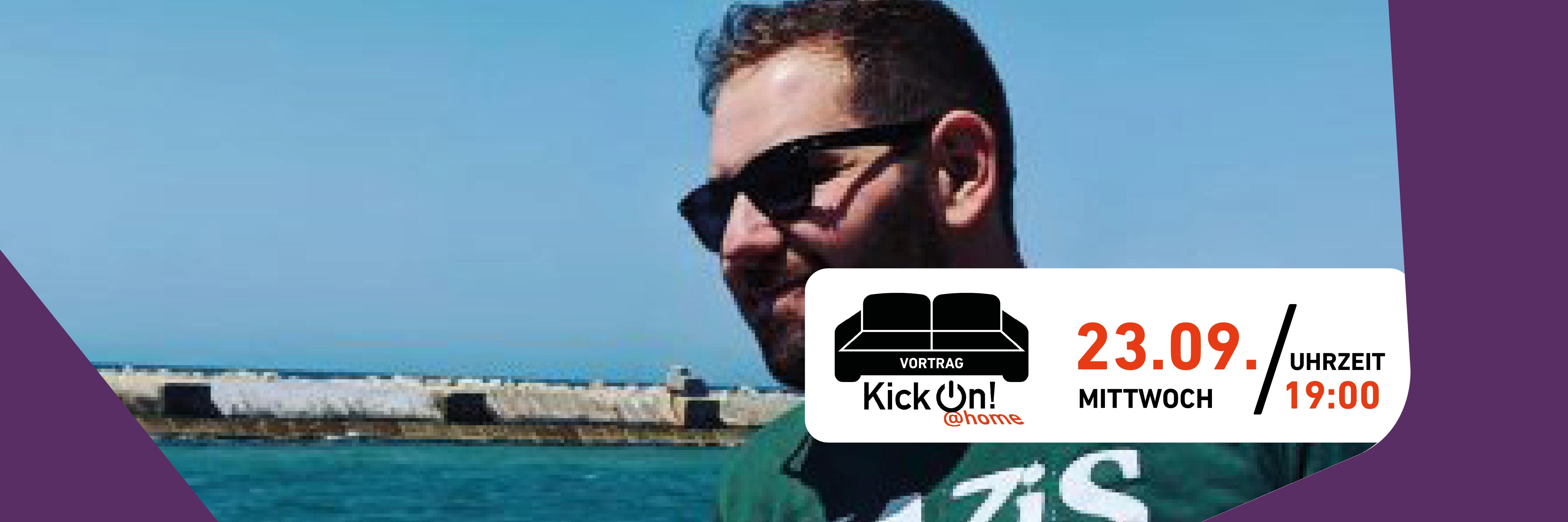 """Im Hintergrund ist Felix Tamsut mit Sonnenbrille zu sehen. Davor ist das KickOn@Home-Logo, bestehnd aus einem Sofa abgebildet. Außerdem sind die Informationen """"Vortrag"""" und """"23.09. Mittwoch 19:00 Uhrzeit"""" zu lesen."""