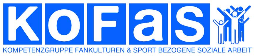 Logo KoFaS in weißer Schrift auf blauem Hintergrund. Rechts daneben Menschen, die die Arme in die Luft strecken. Unterhalb Schriftzug: Kompetenzgruppe Fankulturen und sportbezogene soziale Arbeit
