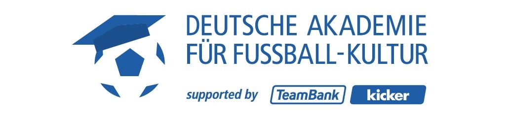links ein Ball mit einem Akademie-hut auf, daneben der Schriftzug Deutsche Akademie für Fußball Kultur supported by Teambank und Kicker. Farben: blau und weiß
