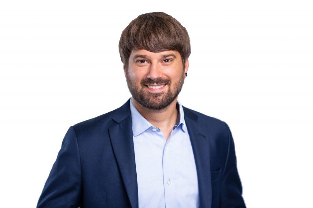Johannes Mäling: braune Haare, Bart; lacht in die Kamera