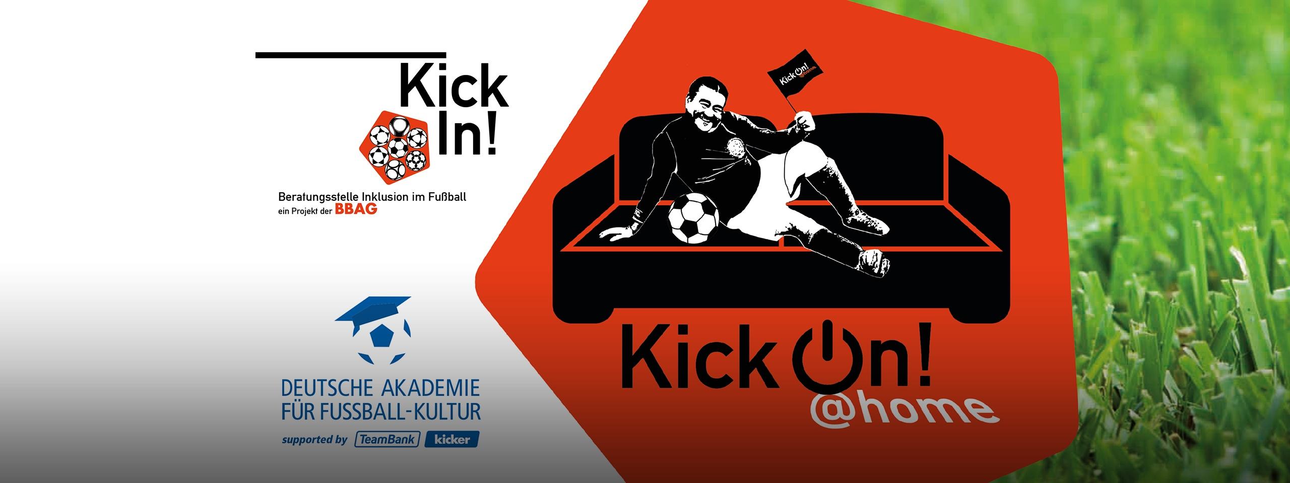 """Links die Logos von KickIn und der deutschen Akademie für Fußballkultur, daneben orangenes Fünfeck. In schwarz-weiß posiert ein männlicher Fußballspieler mit Fußball auf einem Sofa und hält eine Fahne mit der Aufschrift """"KickOn at home"""" in der Hand. Darunter ein Schriftzug in schwarz-weiß: Kick On! at home, daneben ein grüner Rasen"""