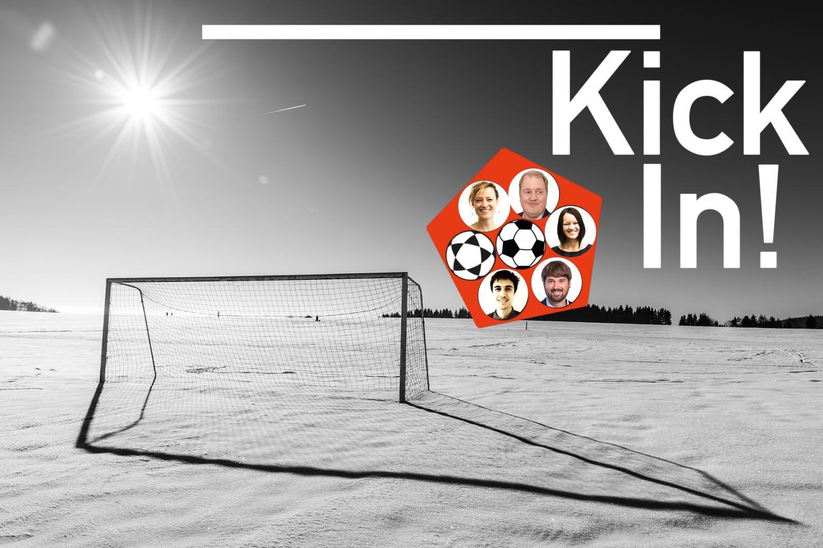 Schwarz-weißes Bild von einem Fußballtor im Sonnenschein auf einem schneebedeckten Spielfeld.