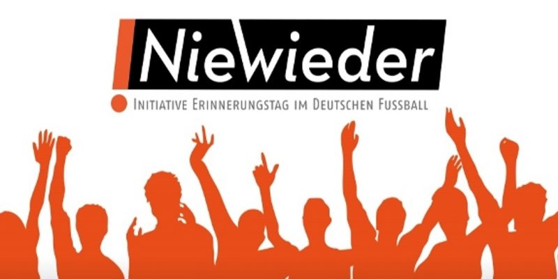 """Fans mit nach oben gestreckten Armen, darüber das """"NieWieder-Initiative Erinnerungstag im deutschen Fußball""""-Logo"""