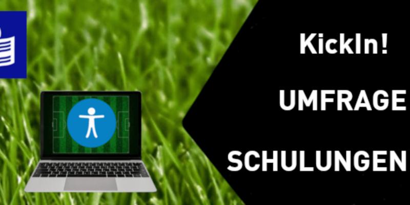 """Laptop auf grüner Wiese. Daneben ein """"KickIn! UMFRAGE SCHULUNGEN 2021""""-Schrifzug"""