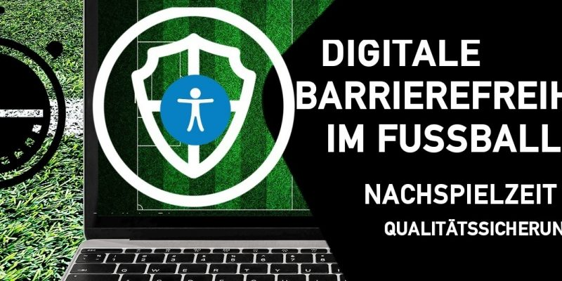 """Laptop mit grünem Fußballrasen im Hintergrund, davor ein weißes Symbol für digitale Sicherheit, daneben ein schwarzes Fünfeck mit dem Titel der Schulung """"Digitale Barrierefreiheit im Fußball - Nachspielzeit - Qualitätssicherung"""""""
