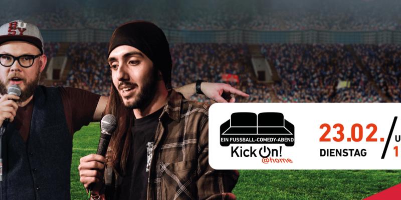 Die Comedians Toby Käp und Timur Turga mit Mikrofonen in der Hand vor einem mit Zuschauer*innen gefüllten Stadion.