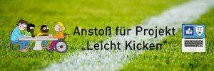 """Schwarzer """"Anstoß für Projekt Leicht Kicken""""-Schriftzug auf grünem Rasen. Links daneben eine Leichte Sprache-Grafik für das Wort Schulung und rechts ein Laptop mit dem Leichte Sprache-Logo."""