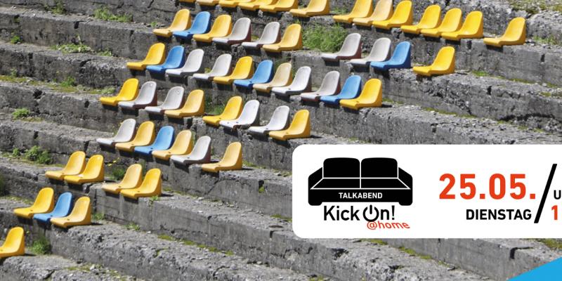 Betonstufen eines Stadions, die teilweise mit Unkraut bewachsen sind. Auf die Stufen sind einzelne bunte Sitzschalen geschraubt.