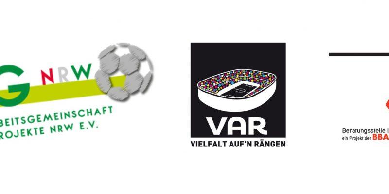 """Links: Grünes LAG NRW-Logo mit einem Fußballs. In der Mitte: VAR-Logo bestehend aus einem Stadion-Piktogramm bei dem die Zuschauenden durch bunte Punkte dargestellt werden, ergänzt durch """"VAR"""" und """"Vielfalt auf'n Rängen""""_Schriftzuge unterhalb des Stadions. Rechts: Das KickIn!-Logo."""