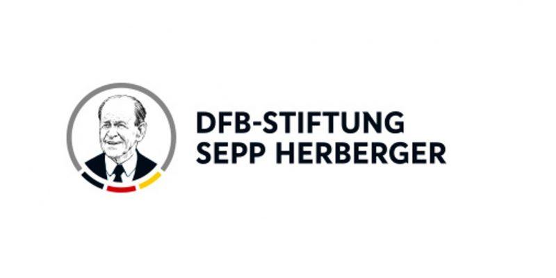 Das Logo der DFB-Stiftung Sepp Herberger: Links ein Bild von Sepp Herberger in einem Kreis mit schwarz-rot-goldener Verzierung. Daneben ein schwarzer Schriftzug mit dem Namen der Stiftung.