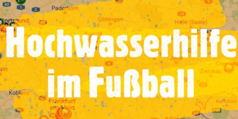Ein Ausschnitt einer Deutschlandkarte auf dem in weißen Lettern Hochwasserhilfe im Fußball steht.