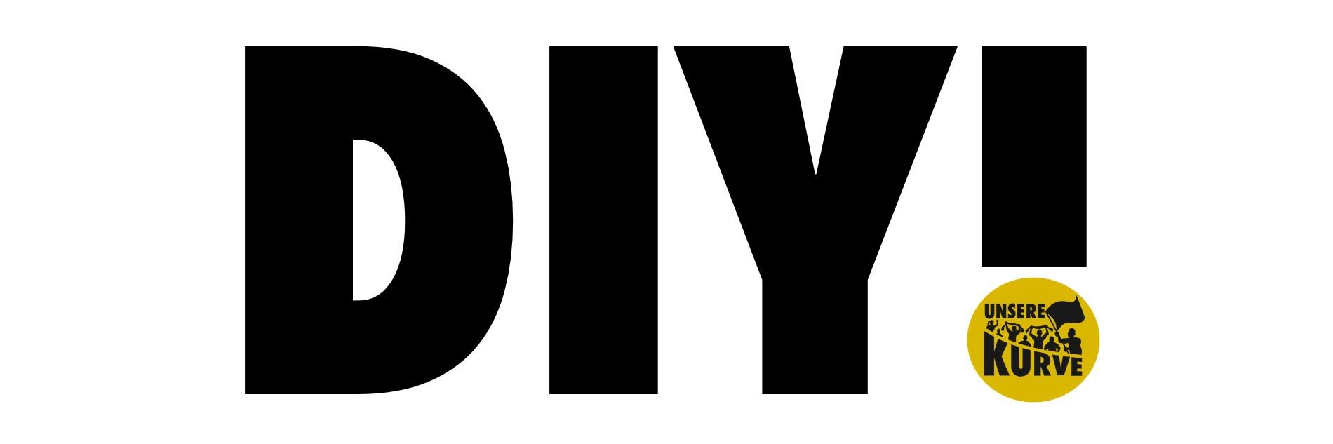 """Schwarzer """"DIY!""""-Schriftzug auf weißem Hintergrund. Der Punkt vom Ausrufezeichen wird durch das """"Unsere Kurve""""-Logo dargestellt. In dem Logo sind Fanfiguren mit Schals und Fahnen zu sehen."""
